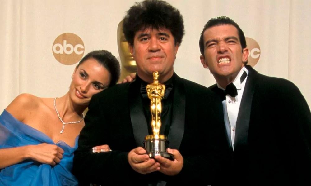 Almodóvar, junto a su primer Oscar y dos amigos.