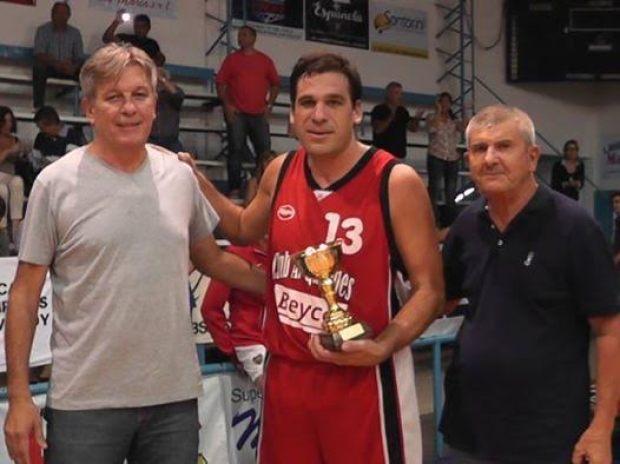 Sebastián Cejas, capitán de Quilmes, recibe la copa por el subcampeonato.