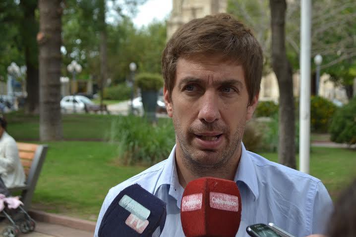 """Ustarroz vetó ordenanzas por """"errores groseros"""""""