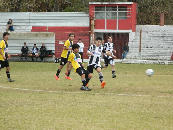 Estudiantes perdió terreno ante la victoria de Trocha