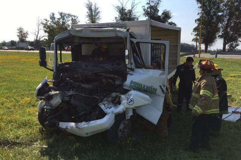 Chocan dos camiones en autopista N°5