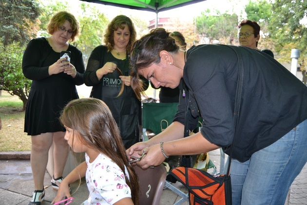 Entregaron la primera peluca realizada en el programa Mechas Solidarias