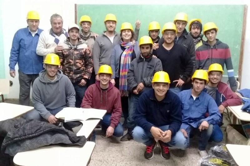 Entregan equipos de trabajo a estudiantes del Curso de Electricidad