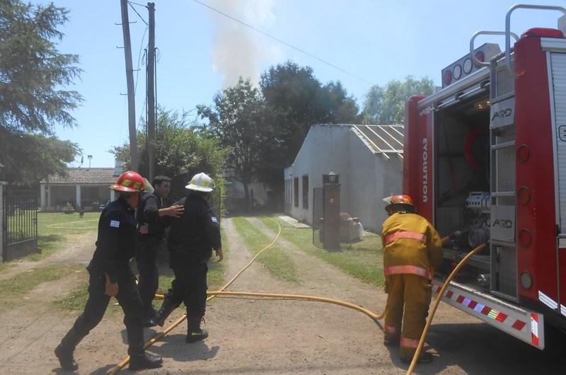 Se incendió un quincho y afectó techos de otra vivienda