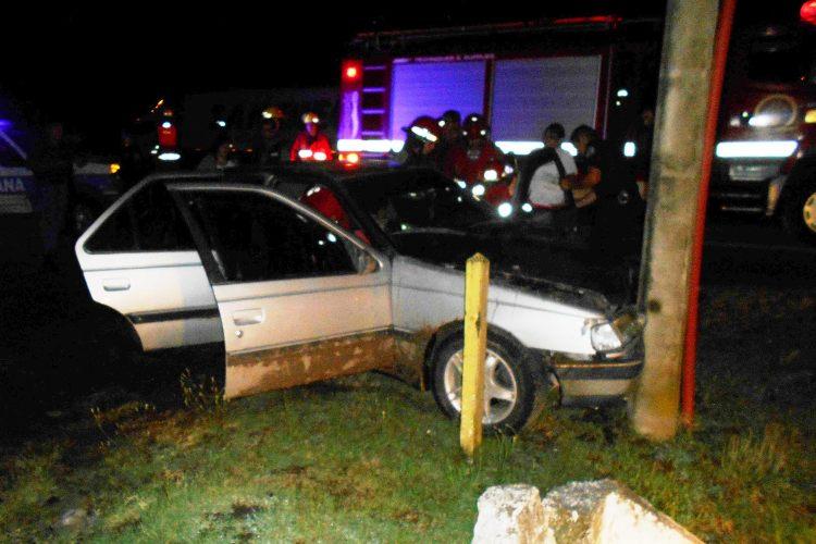 Suipacha: un joven embistió con su auto un poste de cemento