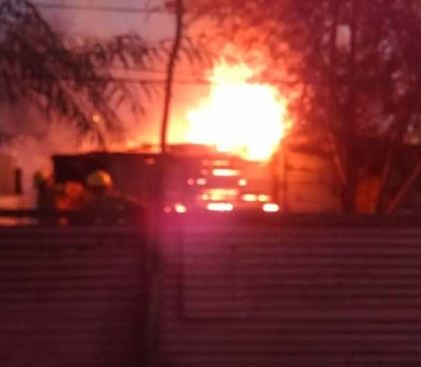 Incendio de vivienda en 22 y 57 demanda intervención de Bomberos y Protección Civil