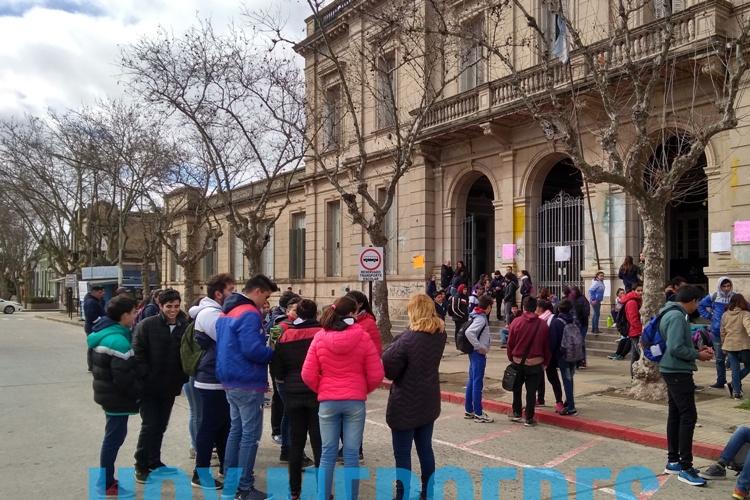 Alumnos secundarios de la Escuela Normal reclamaron el arreglo del edificio