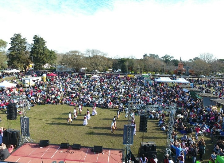 Fiesta de la Galleta con una multitud, artistas, expos y «Espiga de Oro» como ganadora