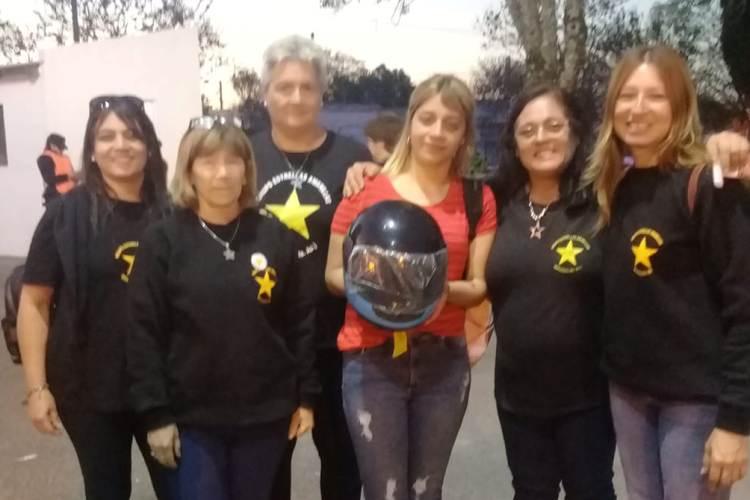 Estrellas Amarillas sorteó cascos para los motociclistas