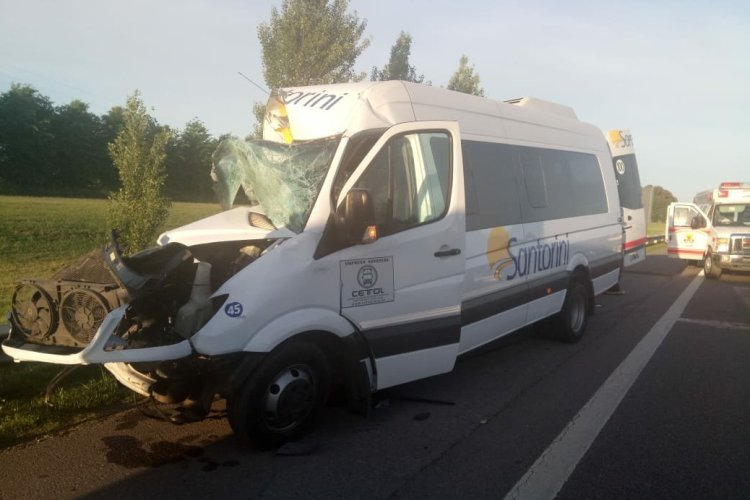 Combi de pasajeros y camión chocan en Acceso Oeste