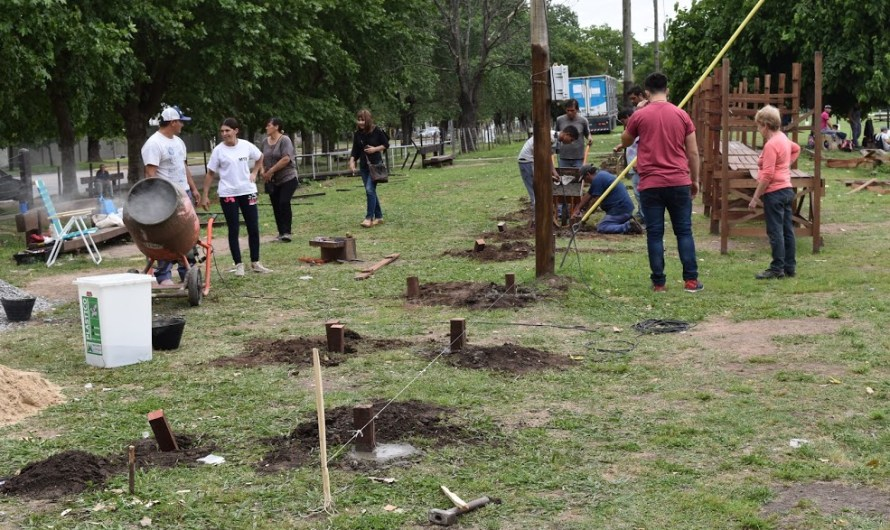 Jornada solidaria de vecinos, feriantes y municipio para reconstruir puestos en La Trocha