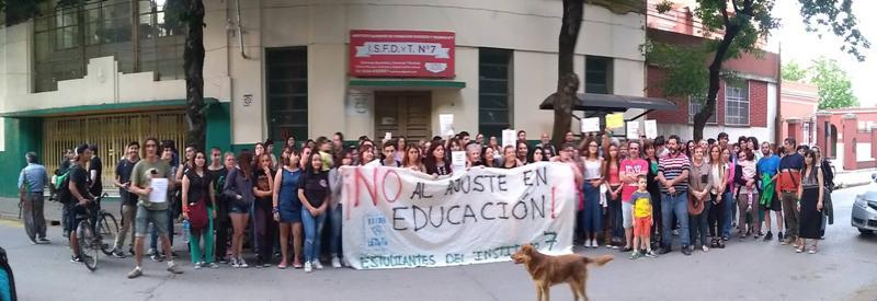 Abrazo simbólico al Instituto 7 para evitar el cierre de Historia y Geografía