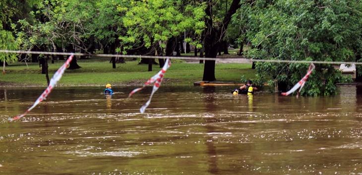 Siguen buscando a joven que se arrojó al Río