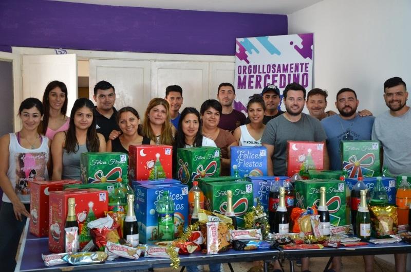 La 25 repartió cajas navideñas y junto a Papá Noel recorrió los barrios