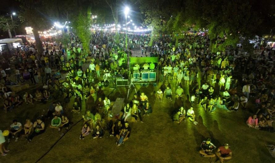 Sábado con gran asistencia y hoy cierre de Marcelo Moura en fiesta de Food Trucks y Cervecerias