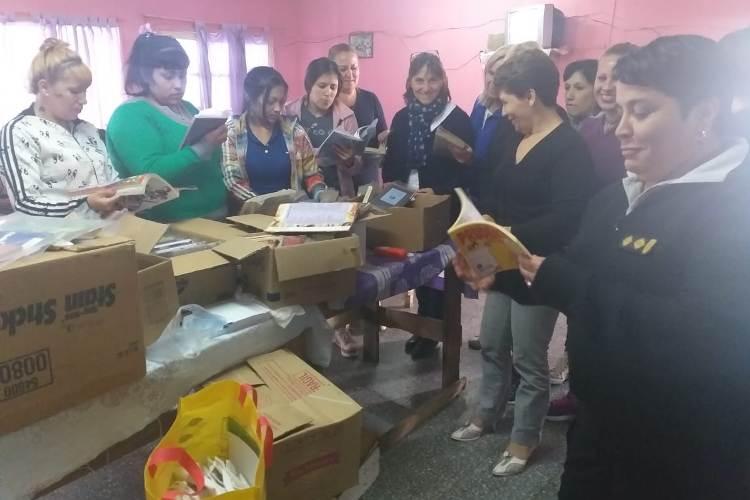 Donación de libros para la biblioteca del Anexo Femenino de la cárcel
