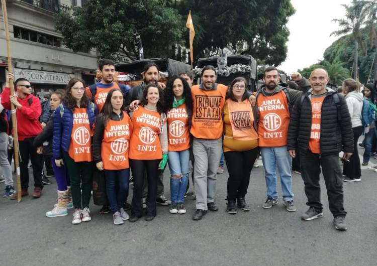 La agrupación Naranja de ATA Mercedes en la marcha del 30 de abril