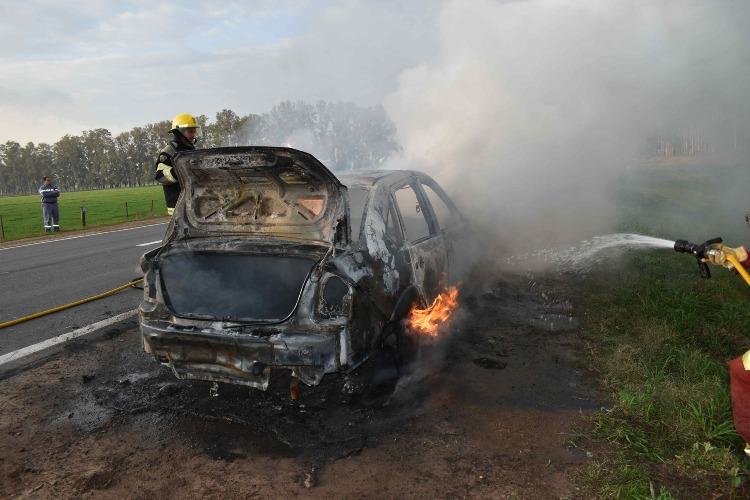 Vehículo se incendia en Ruta 5