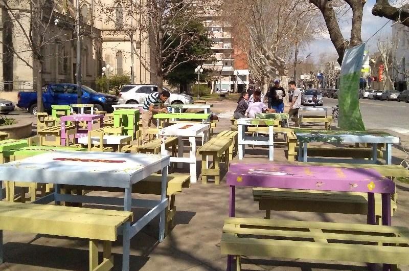 Donación de mesas, sillas y pastas para comedores locales