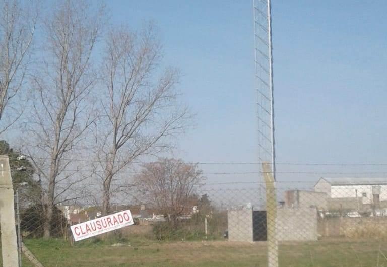 """Vecinos del Bo. San Antonio reclaman por una antena """"camuflada"""" en un tanque de agua"""