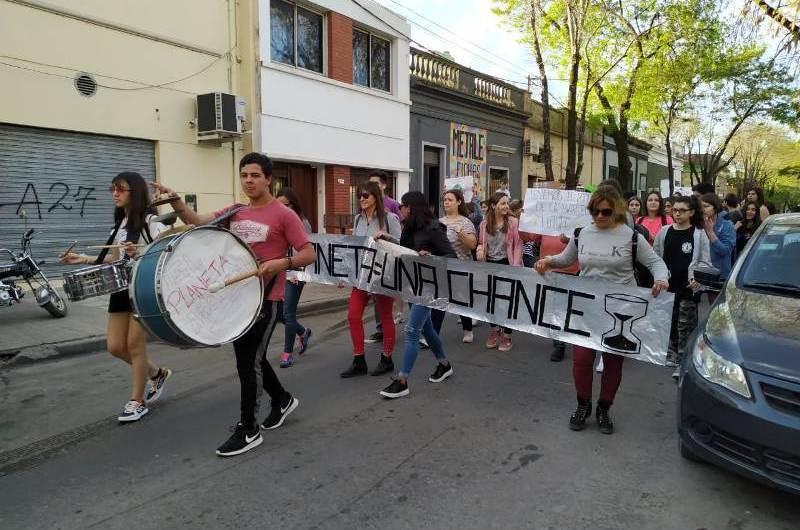 Jóvenes de la ciudad se sumaron a la marcha por el cambio climático