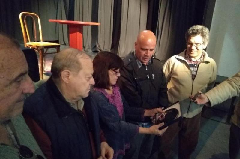 Teatristas reconocen a Roberto Altieri por sus 58 años en Teatro Talía