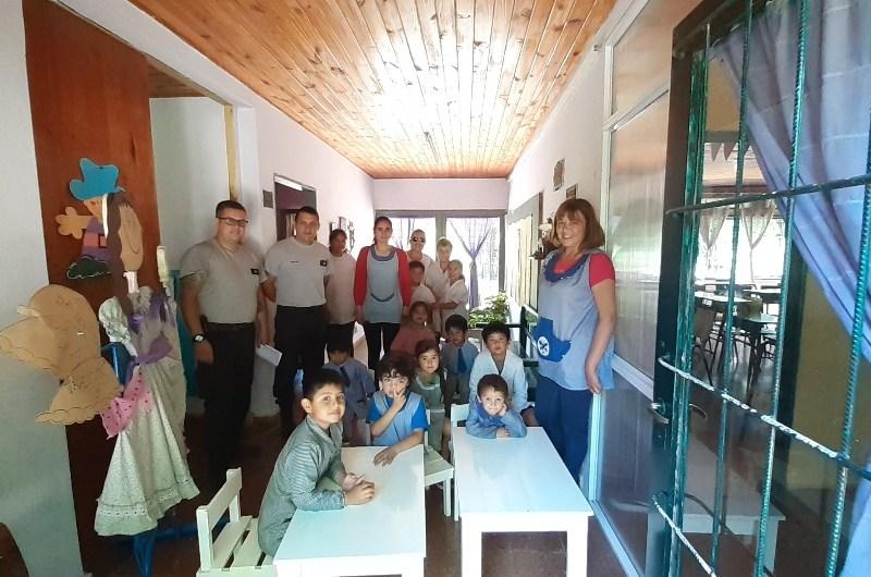 Internos de la Unidad 5 donaron mobiliario al Jardín del Cuartel VIII