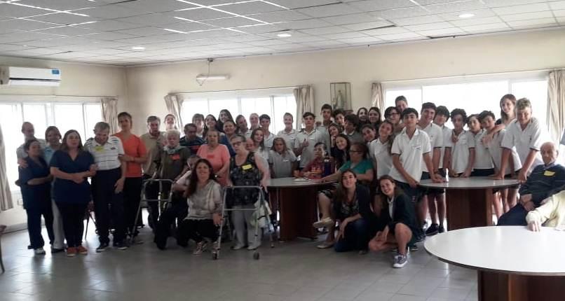 Alumnos de Parroquial compartieron juegos y música con residente del Hogar Ulises D'Andrea