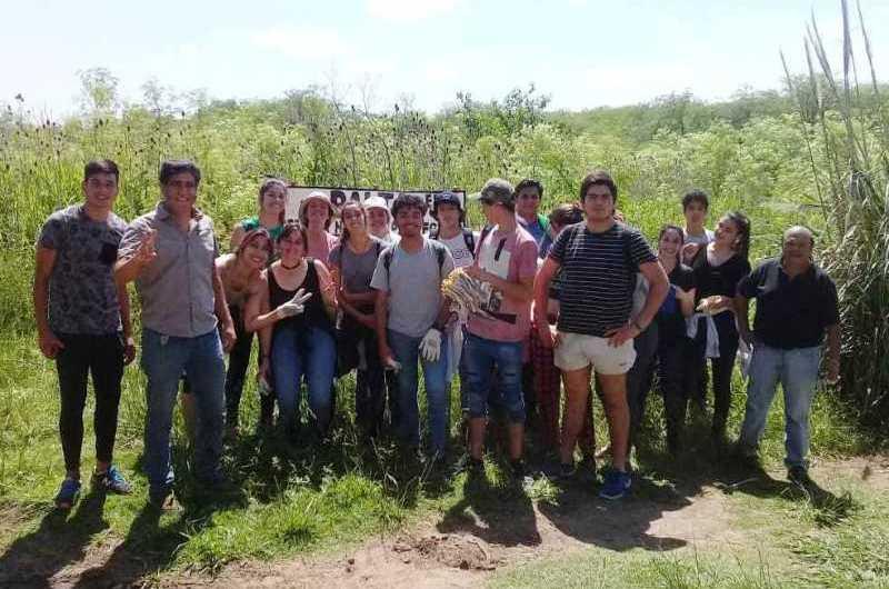 Alumnos de la Escuela Técnica de Gowland limpiaron el Arroyo Balta