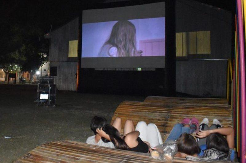 El Cine Móvil pasó por el C.C. La Trocha