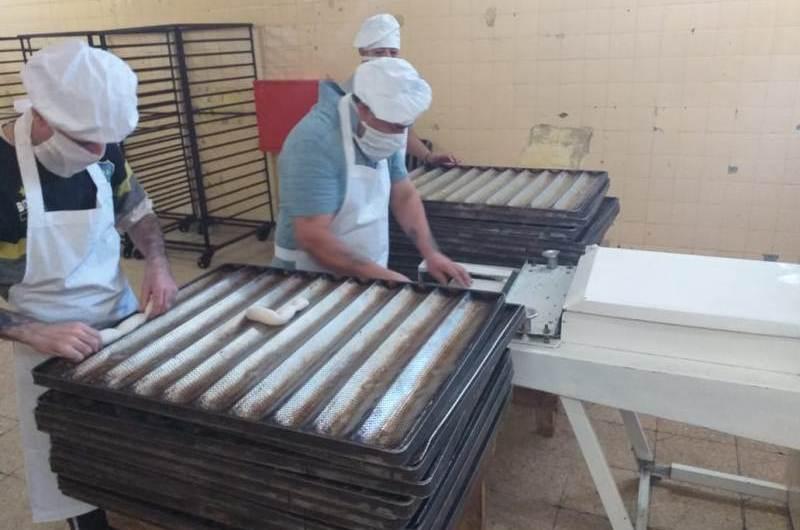 Internos de la Unidad 5 hacen 400 kilos de pan por semana para Desarrollo Social