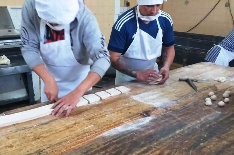 Internos de la cárcel local elaboraron pasteles y pan para merenderos y ollas populares