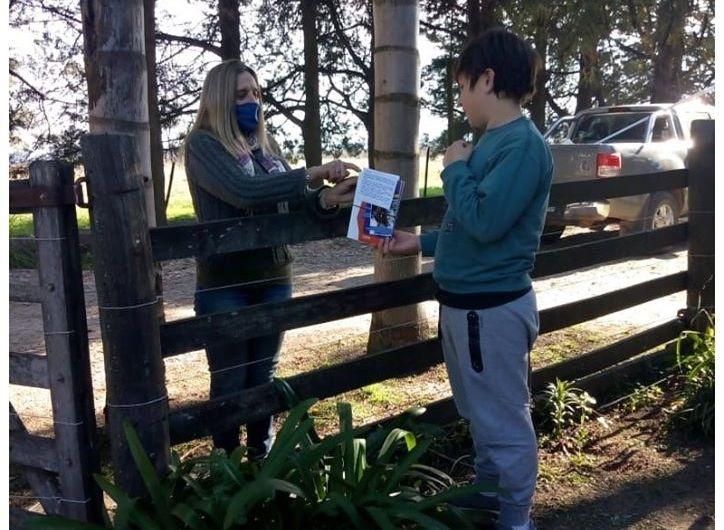 Entregan libros a escuelas de alternacia de la región