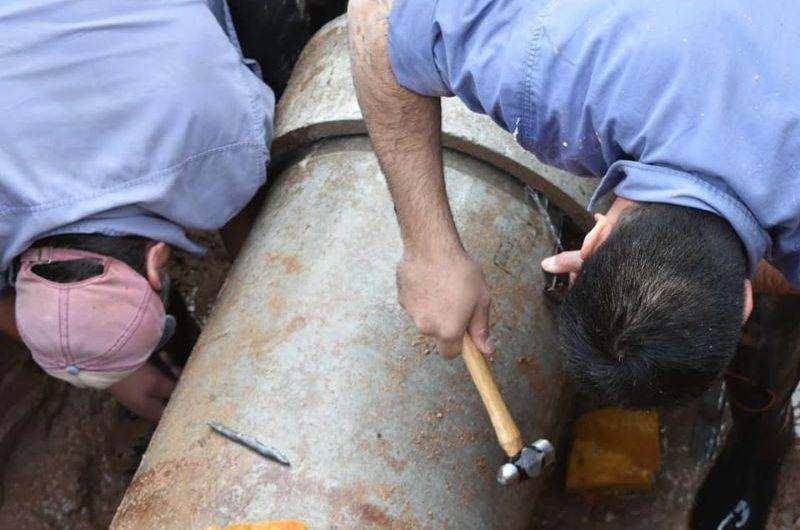 Reparan y cambian caños de agua