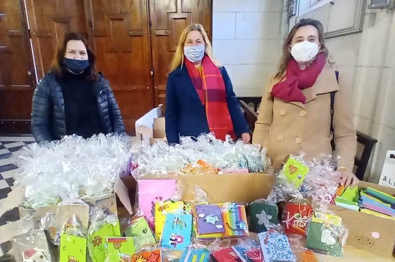 Adultos Mayores entregó libritos para coloreas preparados para el Día del Niño
