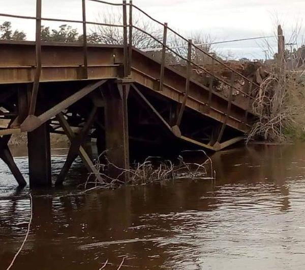 En García cayó puente que cruza el Río Luján