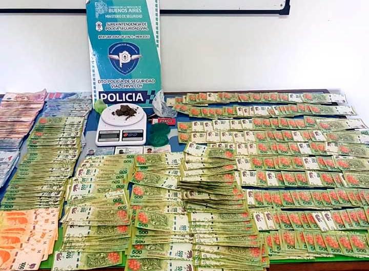 Detienen a tres hombres transportando marihuana y casi 300 mil pesos