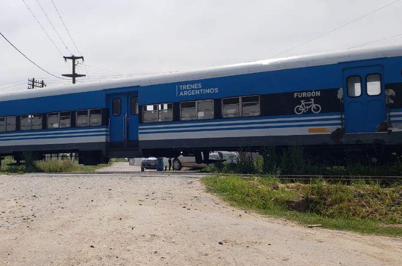 Tren arrolla auto a metros de la estación de Gowland