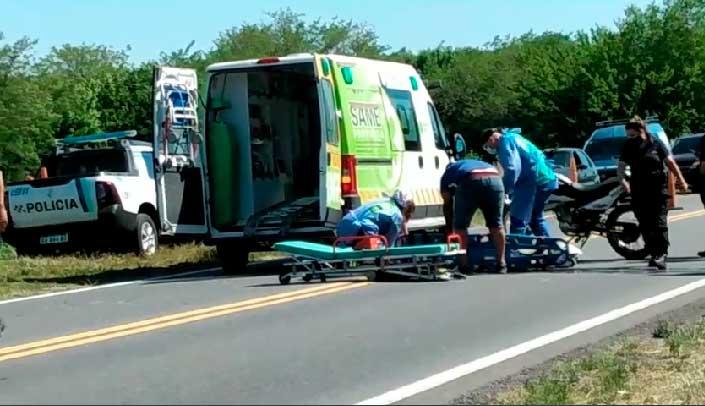 Accidente entre un auto y una moto en la Ruta N° 5