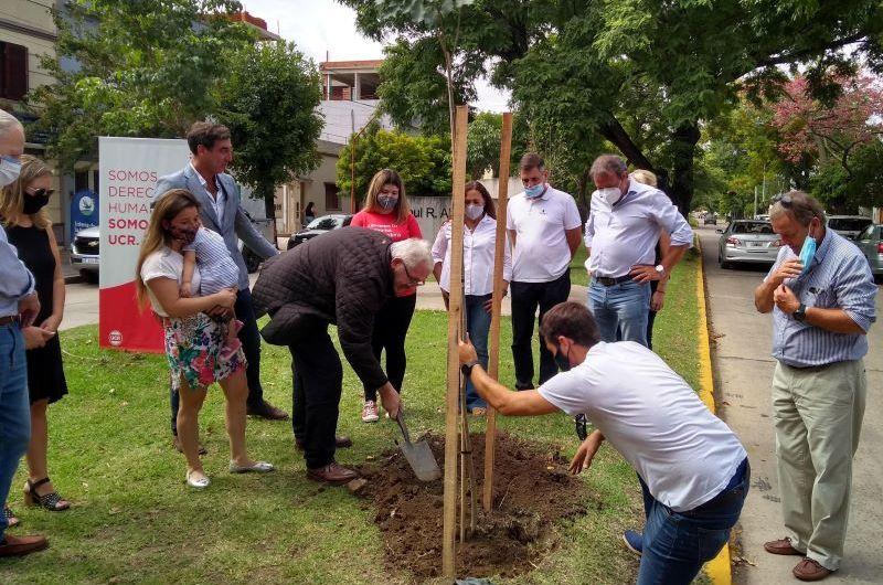 UCR Mercedes plantó memoria en el monumento a Alfonsín