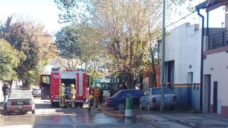 Incendio en taller mecánico en 16 casi calle 3