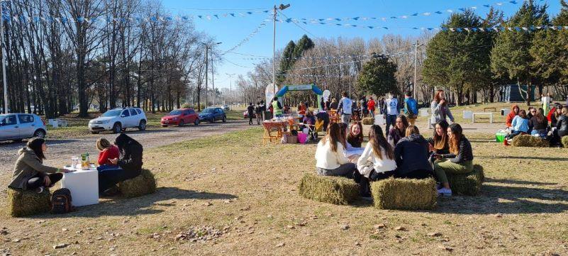 Estudiantes secundarios festejaron el día del Amigo en el Parque