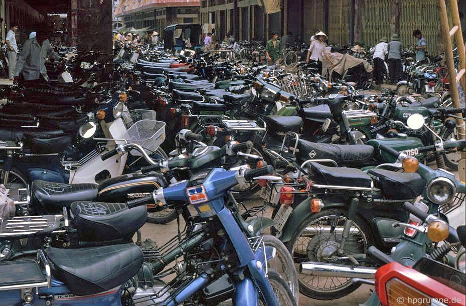 Bãi đỗ xe máy ở Hà Nội - Việt Nam 1991-1993 @Hans-Peter Grumpe. Bản quyền thuộc tác giả.