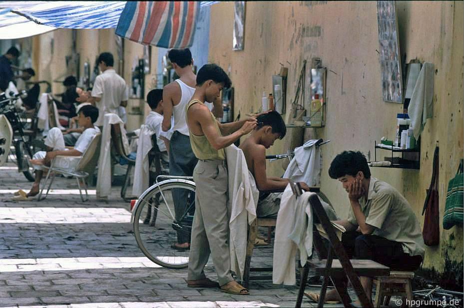 Các hàng cắt tóc ở phố Quang Trung - Việt Nam 1991-1993 @Hans-Peter Grumpe. Bản quyền thuộc tác giả.