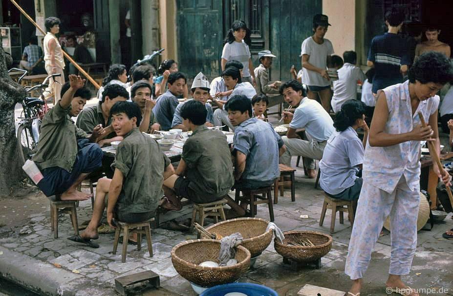 Hàng cơm bình dân - Hà Nội, Việt Nam 1991-1993 @Hans-Peter Grumpe. Bản quyền thuộc tác giả.