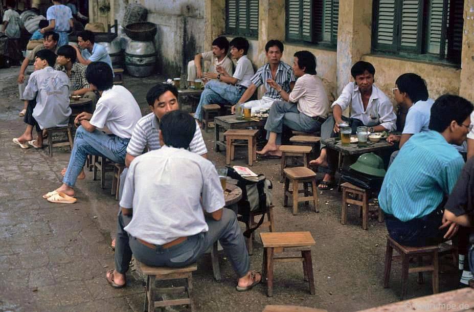 Bia hơi - Hà Nội, Việt Nam 1991-1993 @Hans-Peter Grumpe. Bản quyền thuộc tác giả.