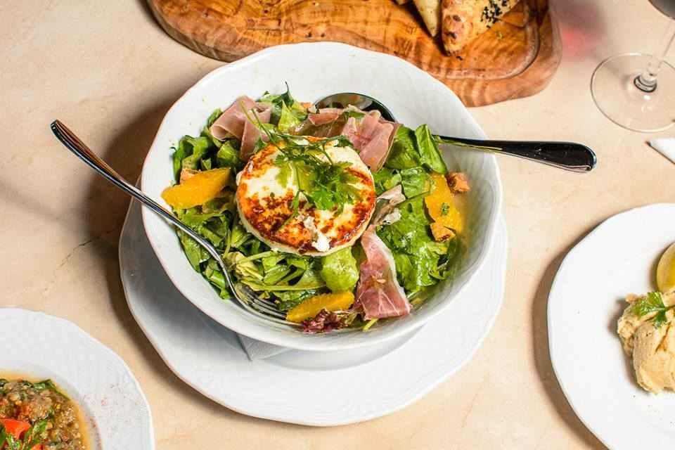 Ξεκινήστε το γεύμα σας με μια δροσερή σαλάτα! Καλή όρεξη!