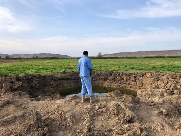 Um homem parado em um campo