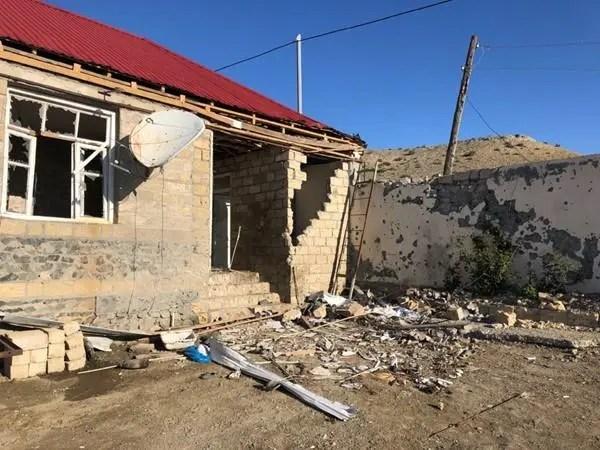Um edifício parcialmente destruído