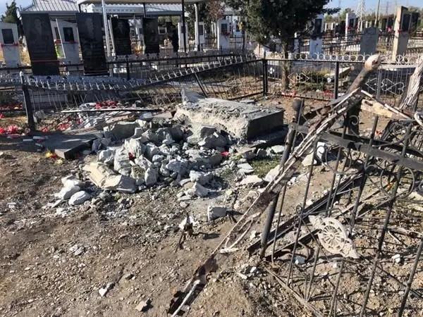 Um cemitério danificado